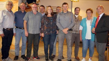 Der SV Scheppach hat einen neuen Vorsitzenden. Das Foto zeigt (von links) den bisherigen Vorsitzenden Karl Hildensperger, Otto Holzbock, Peter Hanke, Karl Rott, Nicole Sommerfeld, Volker Kraus, den neuen Vorsitzenden Peter Weizmann, Markus Schäffler, Gerlinde Beck und Bürgermeister Hans Reichhart.