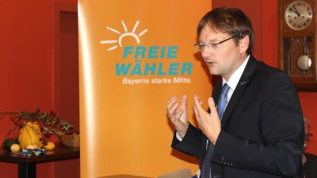 CSU-Minister Hans Reichhart erklärt den Freien Wählern, was er als Günzburger Landrat bewegen will. Nach seiner Vorstellung am Mittwochabend wird er von ihnen fast einstimmig zum Landratskandidaten nominiert.