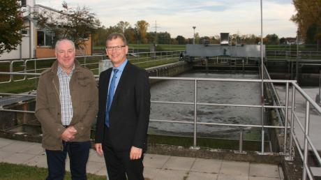 Abwassermeister Johann Kempfle (links) und der Verbandsvorsitzende Robert Strobel erläuterten geladenen Gästen die technisch aufwendige Verbandskläranlage in Kötz.