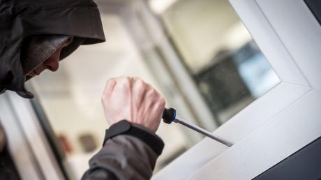Durch ungesicherte Fenster verschafften sich Einbrecher Zugang zu Firmengebäuden in Thannhausen, Pfaffenhausen und Memmingen. Einer der Einbrecher wurde nun zu einer Haftstrafe verurteilt.