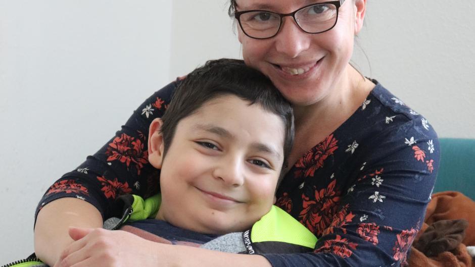 Trotz seiner Krankheit ist Emin aus Krumbach ein fröhliches Kind.