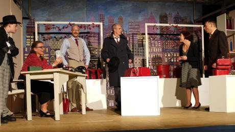 """In New York spielt das neuste Stück des Bubesheimer Wintertheaters. Das Ensemble zeigt sich in """"Der kleine Laden"""" vor großer Wolkenkratzer-Kulisse mit viel Witz und Spielfreude. Es werden noch vier Vorstellungen gegeben."""