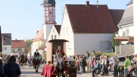 Leonhardiwagen, vorbei an der Kirche St. Leonhard und ein blauer Oktoberhimmel: So fand in der Vergangenheit in Roßhaupten der Leonhardiritt statt. Ob es ihn, so wie auf dem Bild vom vergangenen Jahr, noch geben wird, ist ungewiss.