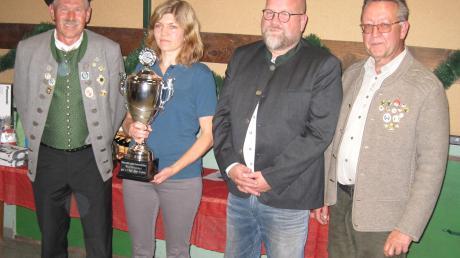 Siegerehrung für die Gewinner des Wanderpokals: (von links) Schützenmeister Josef Kempfle, Silvia Vorreiter, Bürgermeister Oliver Preußner und Schützenmeister Harald Herbst.