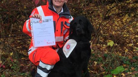 Jessica Imminger und ihre Labradoodle-Hündin Romina haben es geschafft: Als siebtes Team der Johanniter-Rettungshundestaffel Kötz haben sie erfolgreich die Prüfung abgelegt.