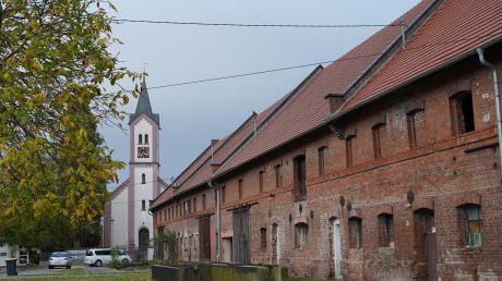 Vor 800 Jahren wird Riedhausen dank eines Ritters erstmals urkundlich erwähnt. Eine Ritterburg gibt es nicht, dafür sind in der Ortsmitte die Stadelanlagen und Stallungen für sechs Bauernhöfe eine Besonderheit. Sie wurden 1894 nach dem zweiten Dorfbrand errichtet.