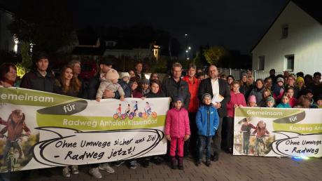 Bibertal macht sich gemeinsam für den Radweg zwischen Anhofen und Kissendorf stark. Peter Wedelek und Anton Bradt übergaben an Bürgermeister Oliver Preußner (Bildmitte) die Mappe mit 1346 Unterschriften mit dem Wunsch, dass der Radweg jetzt komme.
