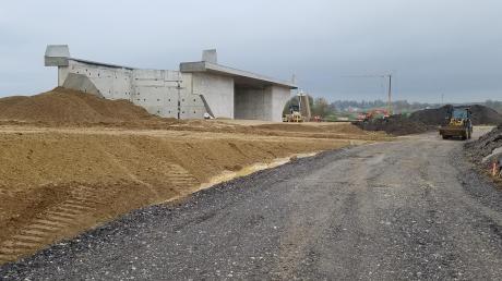 Die Baumaßnahmen zur Ortsumgehung der Staatsstraße 2025 durch Münsterhausen machen gute Fortschritte. Unser Foto zeigt die Brücke über die Hagenrieder Straße und den Verlauf der Straße, die später über die Brücke führt. Dort werden derzeit Erdbewegungen und Planierarbeiten durchgeführt. Rechts ist die provisorische Fahrbahn entlang der Baustelle als Entlastung für den Baustellenverkehr durch den Ort zu sehen.