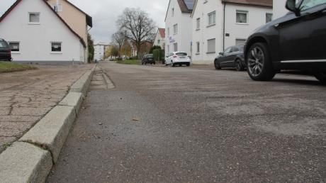 Die Ettenbeurer Straße in Ichenhausen soll ab 2020 von der Günzburger Straße bis zur Friedenstraße in drei Abschnitten mit geschätzten Kosten von mehr als einer Million Euro saniert werden, hat der Stadtrat beschlossen.