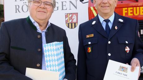 Helmut Motzer freut sich sichtlich über die Anerkennung des Freistaats Bayern und der Gemeinde Röfingen, hier repräsentiert von Bürgermeister Hans Brendle.
