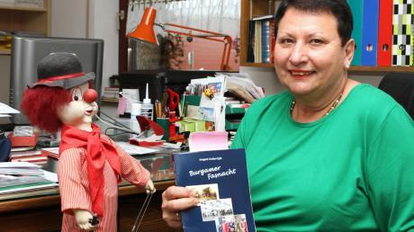 """""""Burgamer Fasnacht"""" heißt das Buch, in dem Irmgard Gruber-Egle die Entwicklung des Burgauer Faschings beschreibt. Am Sonntag stellt sie es vor."""