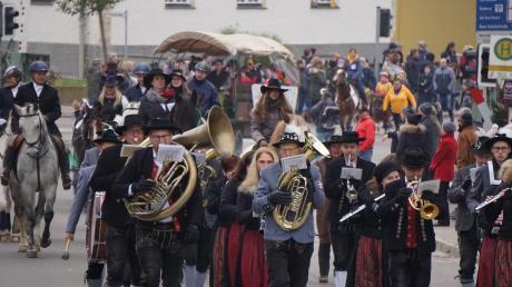 Der Ichenhauser Leonhardiritt feiert im kommenden Jahr sein 60-jähriges Bestehen. Unter den 200 Teilnehmer waren traditionell auch Musikvereine.