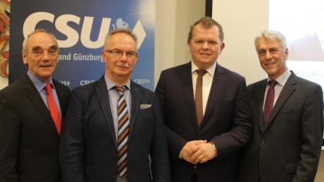 Bürgermeisterkandidat Michael Fritz (Zweiter von rechts) kann sich auf erfahrene Wegbegleiter stützen (von links): Bürgermeister Hans Reichhart, Fraktionsvorsitzender Josef Seibold und CSU-Ortsvorsitzender Hermann Högel.
