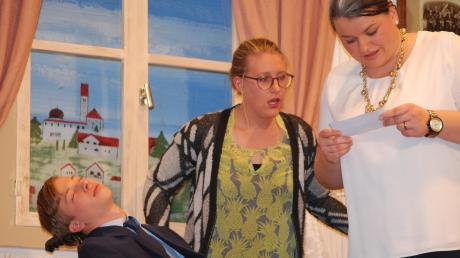 Theaterpremiere in Burtenbach (von links): Noah Heim, Sonja Pfaudler und Nadine Juschka.