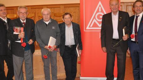Langjährige Mitgliedschaft in der IG Metall Neu-Ulm/Günzburg wurden in Wiesenbach geehrt: (von rechts) Günter Frey, Willi Morschhausen (60 Jahre), Heinrich Schulz (70 Jahre), Heribert Gruber (60 Jahre), Siegfried Gege (60 Jahre) und Peter Hübler.