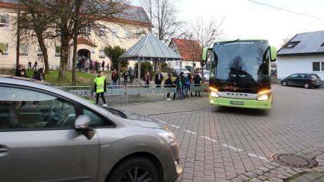 Morgens wird es vor der Offinger Grundschule durch parkende Fahrzeuge regelmäßig eng. Auch besteht der Wunsch nach mehr Schulweghelfern.