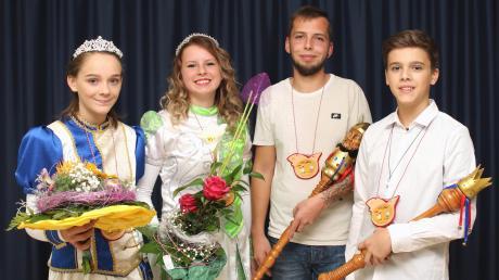 Jenny I. und Sandro I. (Mitte) sind das Prinzenpaar der Offonia. Katharina I. und David I. repräsentieren das neue Jugendprinzenpaar.