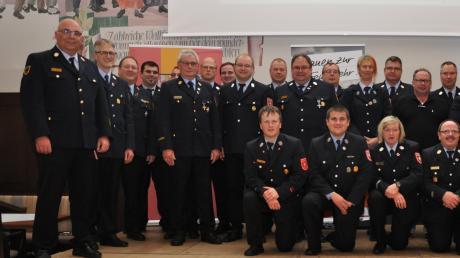 Mit einem Gruppenbild stellten sich die Mitglieder der neuen Feuerwehrinspektion und die Fachberater den Kommandanten in der Dienstversammlung in Ursberg vor. Links der neue Kreisbrandrat Stefan Müller.