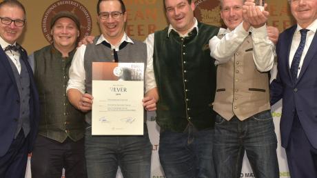 Das Foto zeigt (von links): Georg Rittmayer, Präsident der Privaten Brauereien Bayern e. V., Peter Feuchtmayr, Geschäftsführer der Schlossbrauerei Autenried, Martin Wörner, Braumeister; Matthias Hieber, Braumeister, Herbert Wiedemann, Braumeister, Detlef Projahn, Präsident der Privaten Brauereien Deutschland e. V.