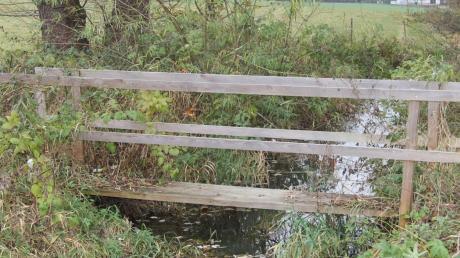 Dieser Holzsteg über den Krähenbach südöstlich von Ettenbeuren ist ohne Wissen der Gemeinde Kammeltal errichtet worden.