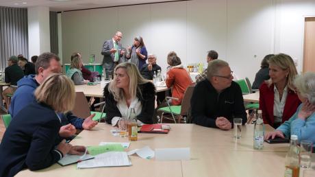 Intensive Gespräche gab es beim Treffen von Selbsthilfegruppen des Landkreises mit Gesundheitsministerin Melanie Huml (am vorderen Tisch, Dritte von links). Wiederholt suchte die bayerische Politikerin die Nähe zu den Betroffenen und holte sich so die Informationen aus erster Hand.