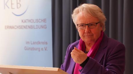 Die frühere Bundesbildungsministerin war noch vor eineinhalb Jahren deutsche Botschafterin am Heiligen Stuhl. Sie hat Papst Franziskus aus der Nähe erlebt. In ihrem Vortrag in Ichenhausen beschreibt sie ihn und die Katholische Kirche, mit deren konservativen Kräften sie zum Teil hart ins Gericht ging.