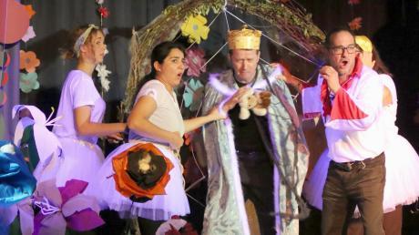 """Eine liebevolle Bühnengestaltung und ein Musical, genauso humorvoll wie nachdenklich: Das zeigten Schülerinnen und Schüler der Fachschule für Heilerziehungspflege in Dürrlauingen am Samstag bei ihren Aufführungen von """"Günni Glühwurm""""."""