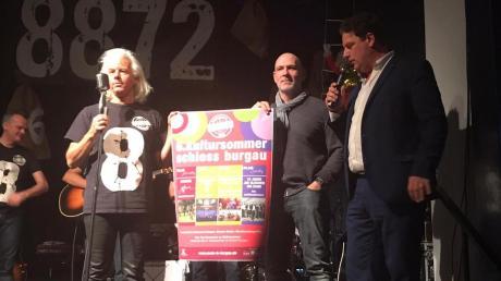 Hermann Skibbe, Frank Hammerschmidt und Stefan Siemons (von links) präsentieren das Plakat für den 6. Burgauer Kultursommer.