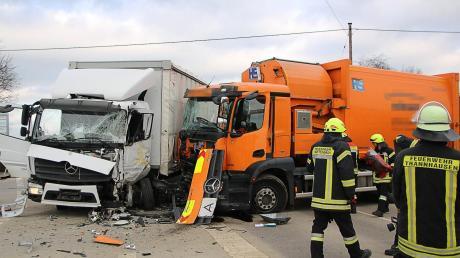 Ein Lastwagen und ein Müllfahrzeug sind auf Höhe der Fahrerkabinen zusammengeprallt. Einer der beiden Fahrer zog sich schwere Verletzungen zu.