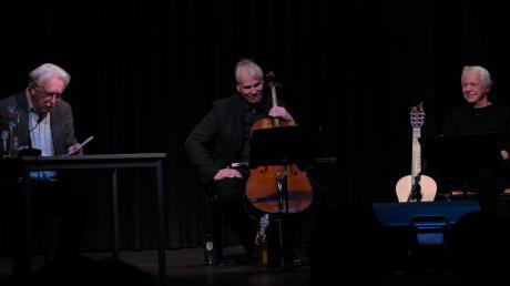 """""""Damals an Weihnachten ..."""" war das Thema der Lesung von Schauspieler Gerd Anthoff in der Burgauer Kapuziner-Halle. Musikalisch begleitet wurde er von Cellist Jost-H. Hecker und Gitarrist Thomas Bogenberger."""