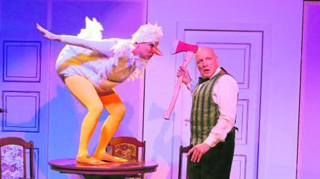 Kommt die Weihnachtsgans Auguste (Dörte Trauzeddel) am Ende doch noch in den Kochtopf? Opernsänger Luitpold Löwenhaupt (Olaf Ude) hat die Axt zwar schon gezückt, doch er zögert noch. Wie das Stück im Neuen Theater Burgau ausgeht, kann man noch mehrmals dort erleben.