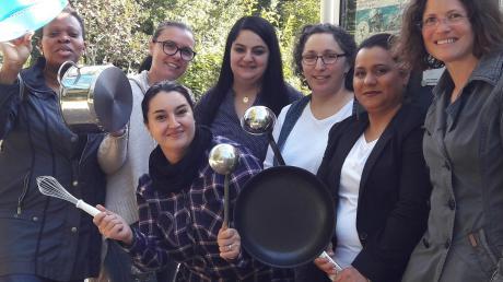 Einige Köchinnen und ihre Utensilien mit Petra Junginger (rechts).