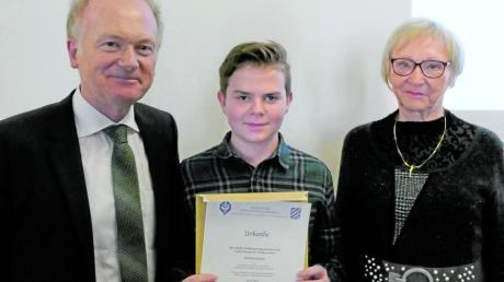 Eine Urkunde vom Bayerischen Stenografenverband und einen Wertgutschein gab's für der 13-jährigen Lukas Fahrenschon (Mitte) aus den Händen von Konrad Huber vom Kultusministerium und Gerlinde Lanzinger (Stenografenverband).