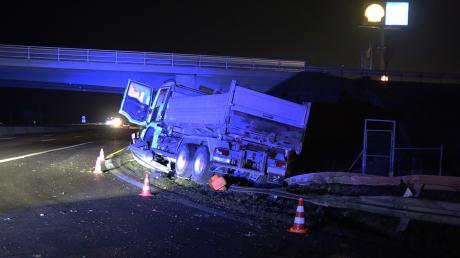 Die Leitplanke auf der A8 niedergemäht hat dieser Lastwagen.