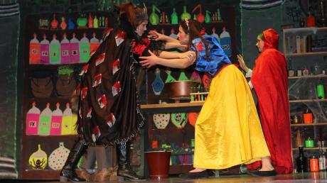 Wer gewinnt das Duell? Die böse Königin Regina (links) oder Schneewittchen (mitte) und Rotkäppchen? So viel sei verraten: Das Ende ist überraschend.