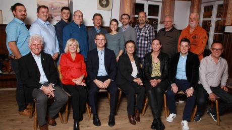 Kandidaten der SPD für den nächsten Ichenhauser Stadtrat mit Bürgermeister Robert Strobel (vordere Reihe, Dritter von links).