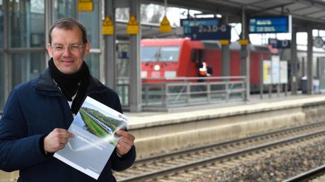 DB-Projektleiter Markus Baumann (hier am Bahnhof Günzburg) bekräftigte, dass die Bedeutung dieses Bahnhofes für den Fernverkehr nicht geschmälert werde – unabhängig vom Trassenverlauf der Strecke Ulm–Augsburg.