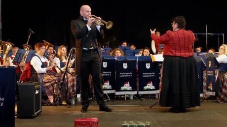 Mit Helmut Zsaitsits aus Wien an der Trompete präsentierte die Stadtkapelle Leipheim bei ihrem Jahreskonzert nicht nur einen brillanten Gastsolisten, sondern auch einen guten Freund der Kapelle, der diese beim Musikwettbewerb 2020 in Südtirol begleitet.