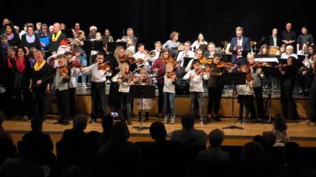 Das Adventskonzert der Günzburger Musikschule mit 100 Mitwirkenden fand vor vollem Haus im Günzburger Forum am Hofgarten statt.
