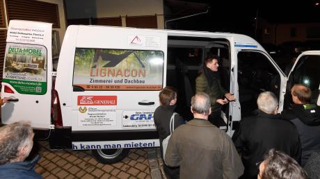 Neun Sitze und großer Kofferraum oder wahlweise riesige Ladefläche bei ausgebauten Sitzbänken: Seit Montag gibt es in Haldenwang einen Transporter als Carsharing-Angebot. Neben Burgau ist es das zweite Fahrzeug der Firma Mikar, das dank Sponsoring heimischer Firmen günstig gemietet werden kann.
