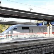 Bleibt der Fernhalt am Günzburger Bahnhof – oder wird er an einer Neubaustrecke außerhalb der Stadt verlegt? Was die Bahn darüber in einem Flyer zum Großprojekt zwischen Ulm und Augsburg schreibt, bereitet in der Großen Kreisstadt Sorgen.