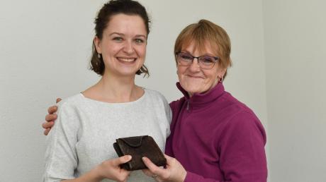 Die ehrliche Finderin Elfie Rothörl (rechts) gibt den gefundenen Geldbeutel der erleichterten Besitzerin Lea Binzer, Volontärin bei der Günzburger Zeitung, zurück.