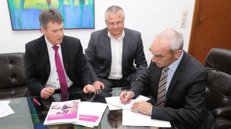 Vor Kurzem unterzeichnete Bürgermeister Hans Reichhart (rechts) den Vertrag für den Netzausbau für ein schnelles Internet. Links im Bild: Markus Sand und Holger Betz von der Deutschen Telekom.