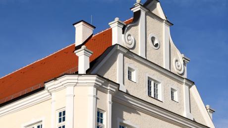 Das Burtenbacher Rathaus ist saniert worden. An höheren Kosten gibt es nun Kritik.