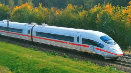 Ein ICE fährt entlang der Donau und ist kurz vor Günzburg. Um den Günzburger Bahnhof und seine Bedeutung für den Fernverkehr ist im Zuge der Neu- bzw. Ausbaustrecke eine heftige Diskussion ausgebrochen. Die Bahn ist wegen missverständlicher Formulierungen in die Kritik geraten.