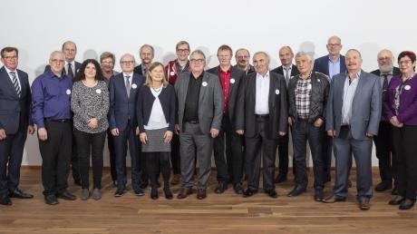 Stolze 40 Jahre für Wanzl berufstätig – dafür bedankten sich Gottfried Wanzl (links) und Klaus Meier-Kortwig (zweite Reihe rechts) ausdrücklich bei den dienstältesten Jubilaren in den Werken Leipheim und Kirchheim.