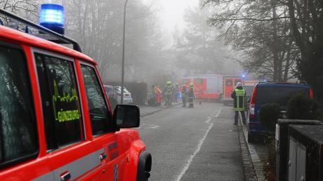 Wegen eines Gas-Alarms im Kindergarten Heilig Geist in der Hölderlinstraße in Günzburg war ein Großaufgebot an Feuerwehr, Polizei und Rettungskräften vor Ort. Die Kinder und Erzieherinnen brachten sich im Garten in Sicherheit.