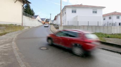 Bis vor Kurzem kam es in der Rettenbacher Von-Riedheim-Straße bei der neuen Wohnanlage immer wieder zu Behinderungen durch parkende Fahrzeuge. Wenn es so bleibt, wie am gestrigen Vormittag, würde die Gemeinde auf ein Halteverbot verzichten.