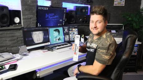 Michael Fischer ist Schlagersänger, Songwriter, Komponist und Produzent. Für einen seiner Songs hat der Burgauer vor kurzem den Award für 50 Wochen ununterbrochene Präsenz unter den Top 50 der DJ-Hitparade erhalten.