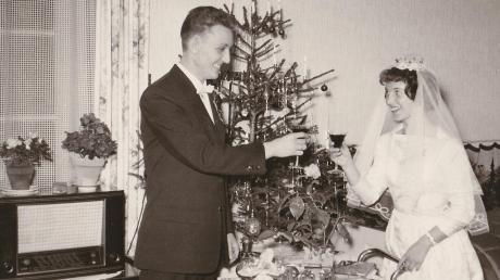 Hochzeitsfoto mit Weihnachtsbaum und Radio: Vor 60 Jahren haben am ersten Werktag nach Weihnachten Mathilde und Wilhelm Schmid geheiratet.